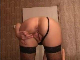 На камеру снимают глубокое проникновение дилдо в вагину зрелой дамы