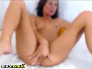 Девушка кончает от мастурбации на камеру