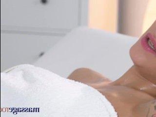 Порно-массаж с красоткой, который очень вам понравится