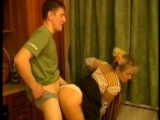 Русское порно: брат и сестра устроили перепих, пока мамка не видит
