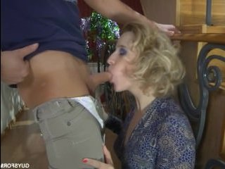 Симпатичный молоденький сын трахает свою молодую мать прямо на лестнице