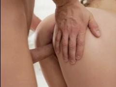 Красивый секс с красивой фигуристой брюнеткой дома