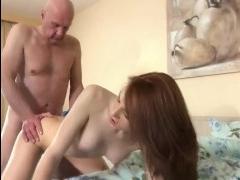 Молодая рыжая дочь трахается с отцом в мокрую киску