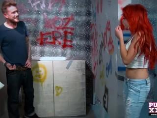 Девушка для ебли зашла в мужской туалет и сосет незнакомцу